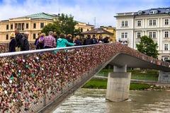 Liefdesloten op Makartsteg-brug over de Salzach-Rivier in Salzburg, Oostenrijk Royalty-vrije Stock Foto