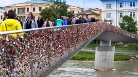 Liefdesloten op Makartsteg-brug over de Salzach-Rivier in Salzburg, Oostenrijk Stock Foto's