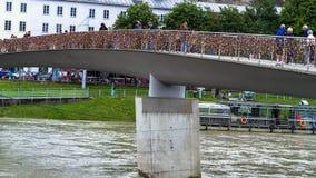 Liefdesloten op Makartsteg-brug over de Salzach-Rivier in Salzburg, Oostenrijk Royalty-vrije Stock Afbeeldingen