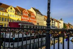 Liefdesloten over rustige Skandinavische Haven met waterbezinningen royalty-vrije stock foto's