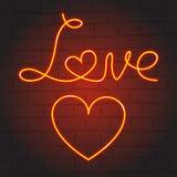Liefdesymbolen in neongloed op donkere achtergrond Stock Foto