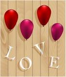 Liefdeteken het hangen op ballons op houten achtergrond Stock Afbeelding