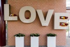 Liefdeteken met 3D brieven wordt geschreven die Stock Foto