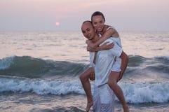 Liefdeverhaal op het strand stock foto