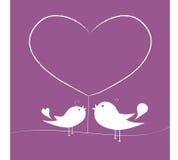 Liefdevogels onder een boom van hart Stock Afbeelding