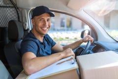 Lieferer, der in einem Lieferwagen sitzt lizenzfreies stockbild