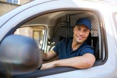 Lieferer, der in einem Lieferwagen sitzt stockfotos