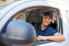 Lieferer, der in einem Lieferwagen sitzt lizenzfreie stockfotografie