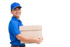 Lieferer, der einen Paketkasten hält Lizenzfreie Stockbilder