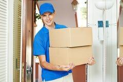 Lieferer mit Paketkasten zuhause Stockfoto