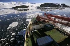 Lieferung in Antarktik stockfotografie