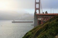 Lieferung, die das Golden Gate einträgt lizenzfreie stockfotografie