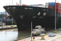 Lieferung, die den Panamakanal beendet Stockfotos