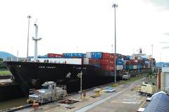 Lieferung, die den Panamakanal beendet Stockbilder
