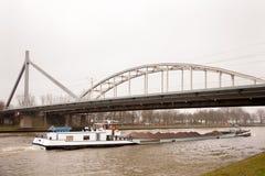 Lieferung, die Sand unter Brücke in Holland transportiert Lizenzfreies Stockbild