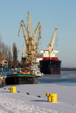 Lieferung im Hafen lizenzfreie stockbilder