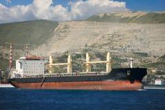 Lieferung im Seehafen gegen die Berge stockfoto
