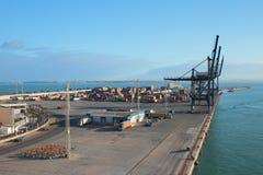 Lieferung koppelte am Kanal an, der betriebsbereit ist geladen zu werden Cadiz, Spanien Stockbild