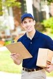 Lieferung: Lieferer, zum des Pakets weg fallenzulassen Stockbild