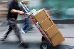 Lieferung mit Transportwagen eigenhändig lizenzfreie stockfotos