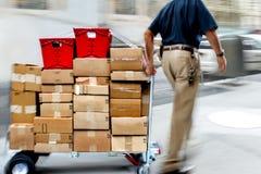 Lieferung mit Transportwagen eigenhändig Stockfotos