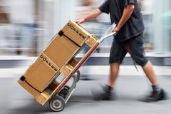 Lieferung mit Transportwagen eigenhändig Stockfotografie