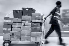 Lieferung mit Transportwagen eigenh?ndig stockfotografie