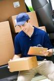 Lieferung: Prüfung von Adresse auf Paket lizenzfreies stockbild