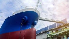 Lieferung in sich hin- und herbewegendem trockenem Dock stockfoto