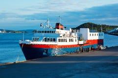 Lieferung verankert auf dem Hafen Stockfotos