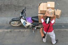 Lieferung von Lieferungen auf Motorrad stockfotos