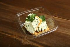Lieferung zum Haus eines diätetischen Snacks vom Hüttenkäse, den Grüns und den Keksen in einem Behälter lizenzfreies stockfoto