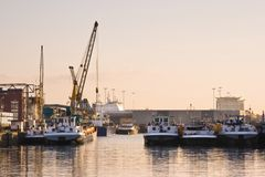 Lieferungen im Hafen stockfoto