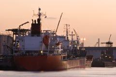 Lieferungen im Kanal am roten Sonnenaufgang lizenzfreies stockfoto