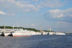 Lieferungen im Nordflußkanal in Moskau stockbild