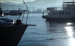Lieferungen und Boote im Hafen lizenzfreies stockfoto