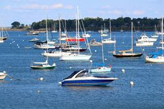 Lieferungen und Boote im Hafen Stockfotografie