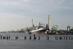 Lieferungen und Kräne im Hafen von Klaipeda lizenzfreies stockbild