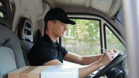 Lieferungs-Kurier In Car With packt füllendes Lieferungs-Dokument ein stock video