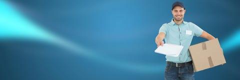 Lieferungs-Kurier mit Kasten und Form vor unscharfem Hintergrund lizenzfreie stockfotografie