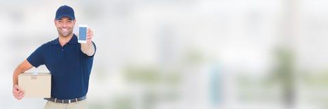 Lieferungs-Kurier mit Paket und Telefon vor unscharfem Hintergrund Lizenzfreie Stockfotografie