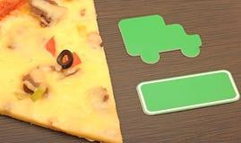 Lieferungsauto mit Pizza Stockfoto