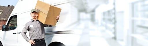 Lieferungsbriefträger mit einem Kasten lizenzfreie stockbilder