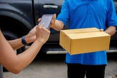 Lieferungsfahrer, der Packwagen mit Paketen auf Sitz außerhalb des warehou fährt lizenzfreies stockbild