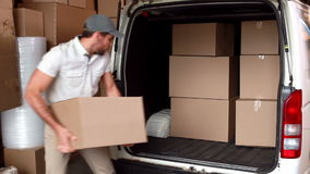 Lieferungsfahrer, der seinen Packwagen lädt stock footage