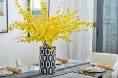 Lieferungskeramischer Vase der dekoration auf dem Tisch lizenzfreies stockbild