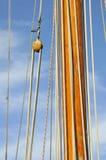 Lieferungsmast und -seilrolle mit Seilen lizenzfreies stockfoto