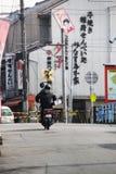 Lieferungsradfahrer auf den Straßen von Kyoto stockfotografie