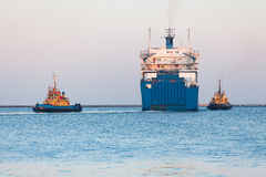 Lieferungsro-roschlepperboot Stockfotos