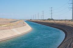 Lieferungswasser des Kanals von den Bergen zur Stadt in der Wüste stockbild